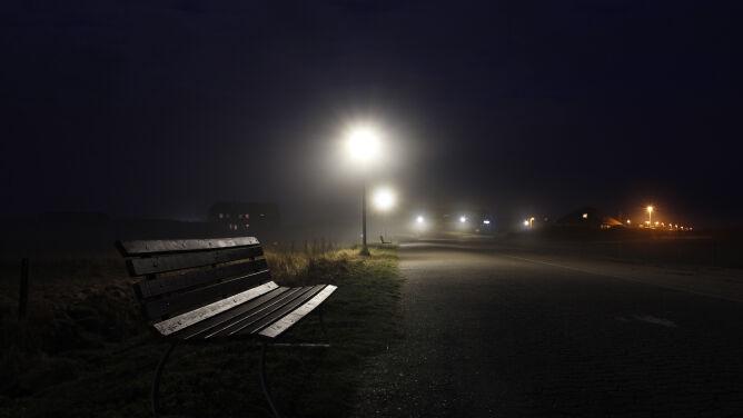 Mglisty wieczór. Miejscami widzialność jest znacznie ograniczona